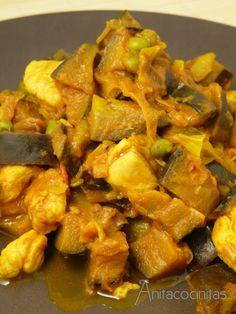 Berenjenas con pollo al curry / 1 berenjena y media     - 1 puerro     - 150 g de pechuga de pollo o pavo     - 1 puñado de pasas (opcional)     - 1 tomate pequeño     - 1 diente de ajo     - 3 cucharadas de guisantes frescos o congelados     - 1/3 de vaso de salsa de tomate     - 1/3 de vaso de vino blanco     - 1/3 de vaso de agua     - 1 cucharada generosa de curry en polvo     - Sal, aceite de oliva