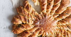 Ihana aurinkoleipä on tehty jaettavaksi! Täytä taikinapalat tuorejuustolla ja kevätsipulilla ja kieputa hauskaksi nyhtöleiväksi.