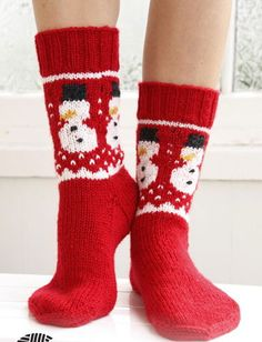 Crochet Patterns Socks 16 adorable knitted christmas socks and gloves with free patterns … Knitting Patterns Free, Knit Patterns, Free Knitting, Free Pattern, Drops Patterns, Pattern Ideas, Drops Design, Magazine Drops, Sock Crafts