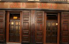 Casa Lucio Restaurante de la calle cava baja. ¿Que famoso no ha ido a este sitio? Su cordero pero sus huevos estrallado le dieron la fama.