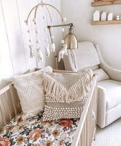 The prettiest boho baby room by Alli Havrilla Shop the crib sheet// link in our … Das schönste Boho-Babyzimmer von Alli Havrilla Krippenbogen shoppen // Link in unser Profil! Baby Room Boy, Baby Bedroom, Baby Room Decor, Nursery Room, Nursery Decor, Boho Nursery, Garden Nursery, Baby Girl Cribs, Girl Nursery