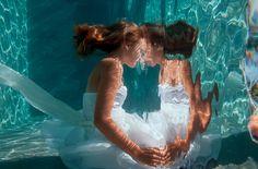 水中撮影は、地上での撮影とは別種の特殊撮影。光のいれかたや水の揺らぎを思い通りに撮影できるようになるには、とてつもない研鑽が必要です。