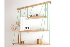 3つのサイズ違いの板をスウィングのように吊るした棚「,Bridge Shelves」の紹介。