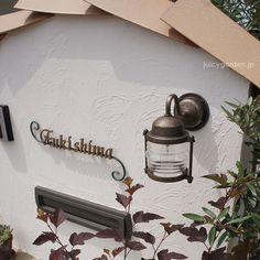 直接雨があたっても大丈夫。表札灯に使える小さめブラケットライト。防雨型なので玄関や門柱等にも広くお使いいただけます。ランタン風デザインが可愛い。