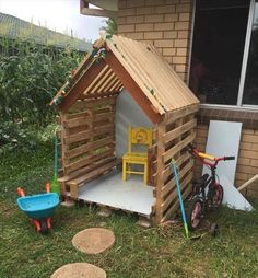 It's not just a cubby house it is an innovative concept to create DIY Rustic Wooden Pallet cubby houses for your little kids. Pallet Kids, Wooden Pallet Projects, Wooden Pallets, Wooden Hut, Garden Projects, Projects For Kids, Diy Projects, Pallet Playhouse, Pallet Fort