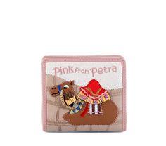 Cartera Cartoline B7540    Cartera rosada de ecopiel modelo B7540 de la línea Cartoline. Dibujo inspirado en la oriental ciudad de Petra. La cartera más chic para tu día a día. Diseñado por Braccilini.    (pvp.85,00€)