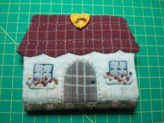 caseta per guardar agulles, de los sales de isi, a http://lossalesdeisi.blogspot.com.es/2010/12/ejercico-previo-casita-guarda-agujas.html