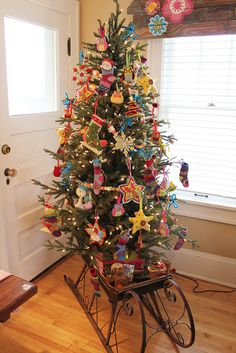 love this tree - looks like it's all felt decorations - me and the kids could do this next year