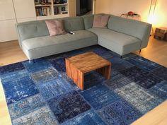 Blauw patchwork vloerkleed in de woonkamer #handmade #vintagerug #unique #vintagetapijt