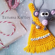 Мастер-класс Мышка с веником Crochet Hats, Christmas Ornaments, Holiday Decor, Knitting Hats, Christmas Jewelry, Christmas Decorations, Christmas Wedding Decorations