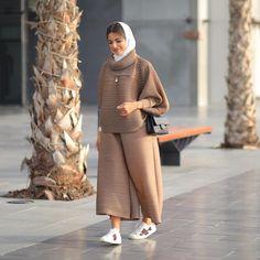 Image may contain: 1 person Tesettür Mont Modelleri 2020 Modest Fashion Hijab, Modern Hijab Fashion, Street Hijab Fashion, Modesty Fashion, Hijab Fashion Inspiration, Mode Inspiration, Fashion Outfits, Iranian Women Fashion, Arab Fashion
