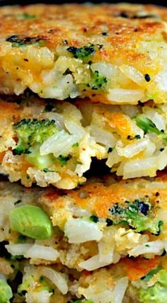 Cheddar Broccoli Rice Patties : These broccoli and cheddar rice cakes are the perfect way to use up left over rice. Although they are delicate, they are a hearty side dish. These cakes go perfectly will grilled chicken, steak or fish. You could even serve Rice Dishes, Vegetable Dishes, Food Dishes, Broccoli Side Dishes, Broccoli Recipes, Vegetable Recipes, Potato Recipes, Cheddar Broccoli Rice, Broccoli Patties