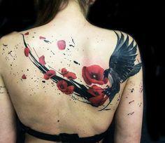 Tatouage oiseau et fleurs rouges - Piercing abondance Artiste : Ivan Trapiani