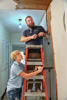 14 Fascinating Facts About HGTV's Hot New Show, Home Town As if magically responding to our insatiable desire for more Fixer Upper-like shows (think: an irresistible couple using their ingenious creative skills to fix Hgtv Paint Colors, Good Bones Hgtv, Home Town Hgtv, Erin Napier, Youtube Home, Hgtv Kitchens, Hgtv Shows, Hgtv Star, Runes