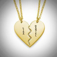 Kaksiosainen sydän -kaulakoru irtoaa kahdeksi sydämen puolikkaaksi, joihin saat haluamasi nimen tai tekstin.  #ystavanpaiva #rakkaus #kaulakoru #nimikoru