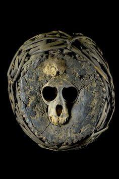 Ce nkisi (force magique ou thérapeutique) est désigné par le terme bumba (prononcer boumba) ou mbwiiba, qui signifie, entre autres, une sépulture, une boule de médecine, un piège - mais c'est aussi un verbe qui, sous la forme active, se traduit par : semer pour récolter. Les Nkisi Bumba sont généralement composés de crânes de singes (cynocéphale, gorille, chimpanzé et lémurien) mais les tout premiers comprenaient un crâne humain surmodelé, dans lequel des substances médecinales étaient ...