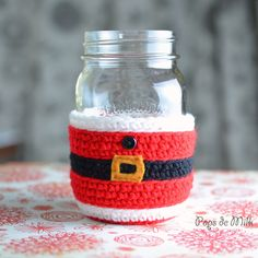 This holiday season protect your hands from hot or cold drinks with this cute Santa Claus Mason Jar Cosy. Crochet pattern on Pops de Milk! thanks so for share xox Crochet Santa, Crochet Cozy, Christmas Crochet Patterns, Holiday Crochet, Diy Crochet, Christmas Knitting, Cute Coffee Cups, Coffee Cup Cozy, Mug Cozy