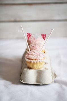pink flag bundting cupcakes