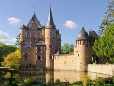 """Burg Satzvey, Germany.  """"Besterhaltene Wasserburg des Rheinlandes, als Kleinod des rheinischen Burgenbaus und Denkmal adliger Kultur und Lebensform.""""  http://de.wikipedia.org/wiki/Burg_Satzvey"""