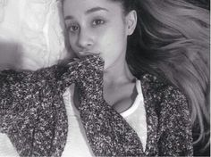 Ariana Grande without makeup is more beautiful than I have ever seen her. Few girl are naturally as pretty as her~♡ Ariana Grande Without Makeup, Ariana Grande Nails, Celebs Without Makeup, Little Mix Brasil, Step By Step Eyeliner, Celebrity Bikini, Dangerous Woman, Snl, Beautiful Celebrities