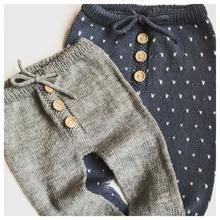 Stricken Kinderhosen Modelle - My favorite children's fashion list Baby Pants, Kids Pants, Baby Leggings, Knitting For Kids, Baby Knitting Patterns, Baby Outfits, Toddler Outfits, Toddler Sweater, Baby Pullover