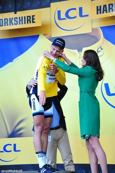 TDF 2014 etape 1: First Yellow Jersey goes to Marcel Kittel (Giant - Shimano) presented by Kate Middleton and Bernard Hinault