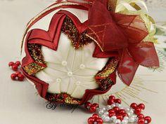 Burdeos oro árbol de Navidad adornos de patchwork acolchado adorno adornos adornos de Navidad adornos Navidad adornos terciopelo tela del metal * * * Serie limitada!  Adornos de Navidad hechos con cinta de raso de Borgoña y mantequilla y cinta especial del metal arco iris oro Borgoña terciopelo a una bola de espuma de poliestireno por piña de técnica (edredón). Triángulos de raso, hecho a mano creados se colocan cuidadosamente para las líneas y los ángulos que describen el modelo.  Este…