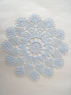This Pin was discovered by Zek Crochet Dollies, Crochet Lace Edging, Crochet Stitches, Crotchet Patterns, Doily Patterns, Doily Wedding, Lace Table Runners, Crochet Decoration, Crochet Tablecloth