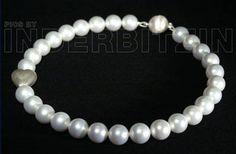 ROMEA WHITE. Halskette aus weissen Muschelkernperlen auf Perlenseide geknüpft. Gebürstetes Herz & magnetischer Verschluss, Sterlingsilber 925.