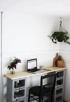 Creative Uses of Concrete Blocks in Your Home and Garden --> DIY Cinder Block Table Concrete Projects, Concrete Blocks, Diy Concrete, Apartment Furniture, Furniture Decor, Apartment Desk, Industrial Furniture, Pallet Furniture, Furniture Plans