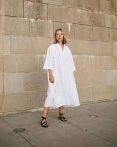 There is 1 tip to buy dress, white dress, midi dress, black sandals, flat sandals. Coat Dress, Buy Dress, Jacket Dress, New Outfits, Spring Outfits, Quick Knits, Romper Pants, Blouse Outfit, Look Chic