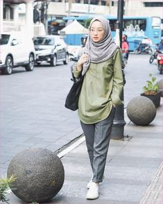 New Style Hijab Casual Pantai Ideas – Hijab Fashion 2020 Modern Hijab Fashion, Street Hijab Fashion, Hijab Fashion Inspiration, Muslim Fashion, Trendy Fashion, Trendy Style, Fashion Trends, Hijab Casual, Ootd Hijab