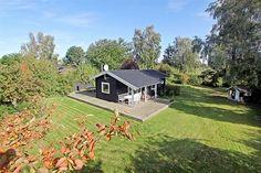 Hybenvænget 15, 4050 Skibby - Lyst og charmerende fritidshus med eksklusiv træterrasse i Vellerup #skibby #vellerup #fritidshus #boligsalg #selvsalg