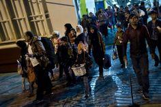 Portugueses e sírios vão distribuir ajuda a refugiados em Atenas - PÚBLICO  Metade vai sair do Porto; uma portuguesa; Raquel Mar Caetano, e um sírio, Omar al-Fannoush, irão de Lisboa; outro sírio irá de Évora. Três mulheres e três homens. A associação Coragem Disponível – Apoio a Refugiados e Imigrantes vai partir sábado para a sua primeira iniciativa fora de fronteiras: de 26 a 31 de Dezembro seis voluntários vão andar por Atenas, Grécia, a distribuir ajuda a refugiados.