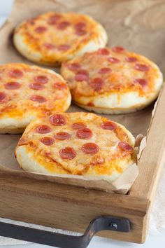 Mini pizzas are the perfect finger food for kids, and they make cute little appetizers, too. This mini pizza recipe is easy to customize with your favorite pizza toppings! Mini Pizza Recipes, Baby Food Recipes, Snack Recipes, Cookie Recipes, Finger Foods For Kids, Party Finger Foods, Ramadan Recipes, Ramadan Food, Cooking With Kids Easy
