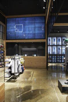 (simplicidad, ausencia de color, uso de, uso, uso de artículos del entorno, ausencia de luz) Jack & Jones store by Riis Retail, Kolding - Denmark