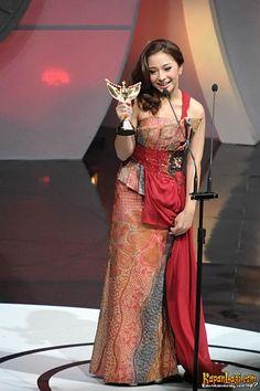 Dengan gaun batik yang anggun, Nikita Willy juga meraih penghargaan.
