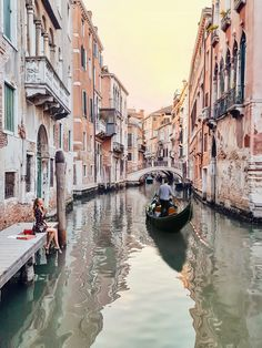 Pizza and wine by the canal with a gondola view | Venice: http://www.ohhcouture.com/2017/05/love-lemons-venice/ #ohhcouture #leoniehanne