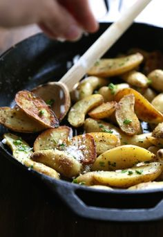 crispy salt and vinegar fingerling potatoes with fresh chives ww.climbinggriermountain.com fresh chive, vinegar potato, fingerl potato, crispi salt