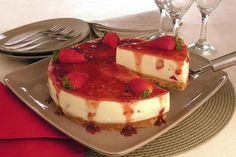 Inove na sobremesa do final de semana com essa incrível cheesecake de morango! A receita vai deixar todo mundo com água na boca!