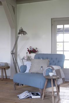 Loveseat from 'het kabinet'. Very nice. Love the colour blue. Home Living Room, Living Spaces, Interior Exterior, Interior Design, Le Grand Bleu, Wicker Dining Chairs, Home Comforts, My New Room, Decoration