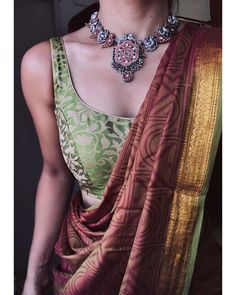 Image may contain: one or more people and closeup Dress Indian Style, Indian Dresses, Indian Outfits, Ethnic Outfits, Traditional Blouse Designs, Traditional Dresses, Traditional Sarees, Cotton Saree Designs, Saree Blouse Designs