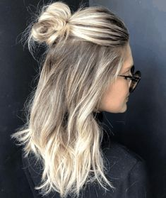 hair styles Braiding isnt for everyone, but dont let that drag you down. Here are 11 super trendy and easy no-braid hairstyles you could start doing today! A half-up topknot aka half-up high bun is perfect for your! Easy Hairstyles For Medium Hair, Medium Hair Styles, Curly Hair Styles, Cool Hairstyles, Hairstyles For High School, Hairstyles For Working Out, Buns For Long Hair, Half Up Long Hair, High Bun Hairstyles