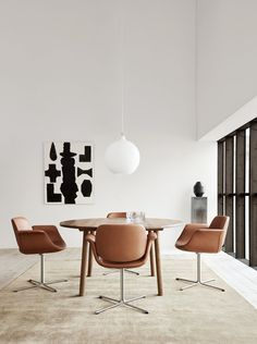 The Flamingo chair designed by Foersom & Hiort-Lorentzen, demonstrates the designer's great sense of detail and focus on tactility with its beautiful rounded shapes, which almost seems to be floating on top of the elegant steel frame. #flamingochair #flamingo #fredericiafurniture #erikjørgensen #scandinavianinterior #nordicdesign #interiordesign #diningchair #livingroom #tarotable #jaspermorrison #roundtable