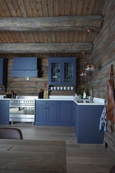 Magisk vakkert til fjells! Small Log Cabin, Log Cabin Homes, Cabin Interiors, Rustic Interiors, Log Home Kitchens, Mobile Home Living, Country Kitchen, Decoration, Home Remodeling