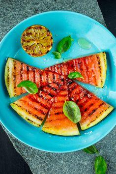 Grillet frukt er kanskje undervurdert, men veldig godt og kan være en litt lettere avsluttning på grillmåltidet. Også i frukten kommer søtsmaken ekstra godt frem med grilling. Om du skal bruke frukten til dessert, kan det anbefales å rengjøre grillflaten først. Hvis ikke kan den få smak av kjøtt og marinade. Squash, Lime, Eggplant, Pineapple, Red Peppers, Pumpkins, Limes, Gourd, Pumpkin