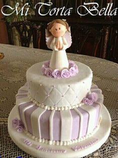Torta de 50 porciones para bautizo en color lila y blanco con Angelita modelada en cerámica en frío