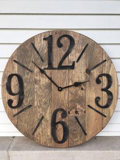 Stylish, Innovative And Easy Diy Wall Clock Ideas That Will Stun You - Crafts Zen Farmhouse Clocks, Rustic Farmhouse, Farmhouse Style, Diy Clock, Clock Ideas, Diy Wall Clocks, Clock Wall, Pallet Clock, Wood Clocks