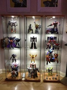 21 Various DIY Display Case Ideas to Keep your Beloved Stuff! DIY Display Case Ideas – The majority of us currently have the ingredients of a collection remaining on a shelf or cabinet, right under our noses. Ikea Display Case, Toy Display, Display Shelves, Display Ideas, Fabrikor Ikea, Ikea Detolf, Display Cabinet Lighting, Action Figure Display Case, Geek Room