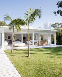 Three Birds Renovations have created Bonnie's dream coastal Hampton's home using Scyon Linea Weatherboards. #moderncoastalbarn #threebirdsrenoeight #bonniesdreamhome